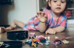 Bébé jouant avec des agrafes de cheveux se situant dans Photos stock