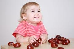 Bébé jouant avec des châtaignes image libre de droits