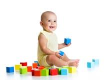 Bébé jouant avec des jouets de bloc constitutif Image stock