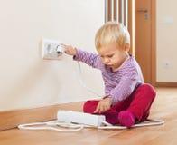 Bébé jouant avec l'extension électrique Image libre de droits