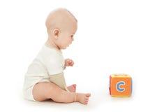 Bébé jouant avec le bloc Image libre de droits