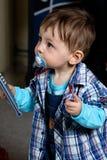 Bébé jouant avec le contrôleur de TV Image libre de droits