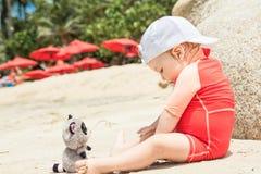 Bébé jouant avec le jouet sur la plage tropicale d'hôtel Concept pour l'enfance heureux Photographie stock libre de droits