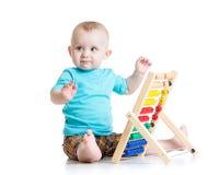 Bébé jouant avec un abaque coloré Images stock
