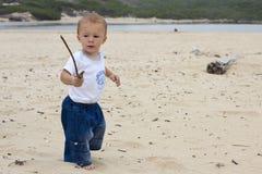 Bébé jouant avec un bâton Image libre de droits