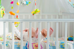 Bébé jouant dans une huche Photographie stock libre de droits