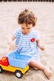 Bébé jouant sur la plage Image stock