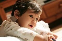 Bébé jouant tranquillement   Image libre de droits