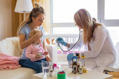 Bébé malade de visite de docteur à la maison photos libres de droits