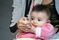 Bébé mangeant avec sa mère Photo stock