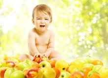 Bébé mangeant des fruits, alimentation saine de nourriture d'enfants, pommes de garçon d'enfant Photos libres de droits