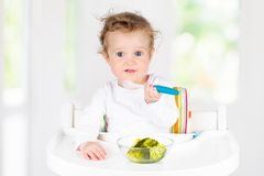 Bébé mangeant des légumes Nourriture solide pour le nourrisson photos stock