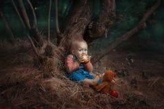 Bébé mangeant une pomme Images stock