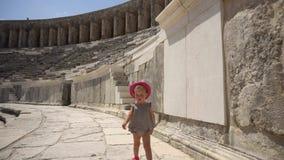 Bébé marchant dans l'amphithéâtre antique banque de vidéos