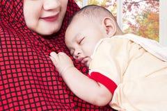 Bébé masculin et sa mère musulmane Photo stock