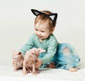 Bébé mignon avec des chatons Photos stock