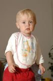 Bébé mignon avec le bavoir Photos stock