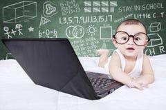 Bébé mignon avec le fond d'ordinateur portable et de griffonnage photos libres de droits