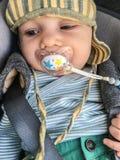 Bébé mignon avec le simulacre du bébé photographie stock libre de droits