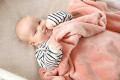 Bébé mignon dans la huche bedtime images stock