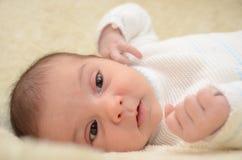 Bébé observé par noir Photographie stock libre de droits