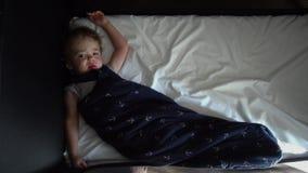 Bébé mignon dormant dans le berceau banque de vidéos