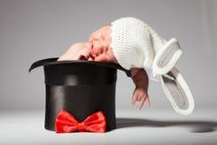 Bébé mignon doux dans le chapeau tricoté avec des oreilles de lapin dans le chapeau en soie Image libre de droits