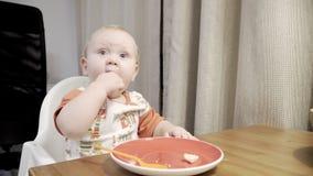 Bébé mignon drôle mangeant la banane clips vidéos