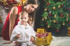 Bébé mignon et maman décorant un arbre de Noël Billes rouges Photo stock