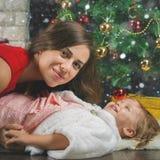 Bébé mignon et maman décorant un arbre de Noël Billes rouges Images libres de droits