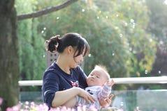 Bébé mignon et sa mère Photographie stock
