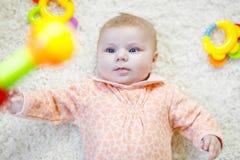 Bébé mignon jouant avec le jouet coloré de hochet Photo libre de droits