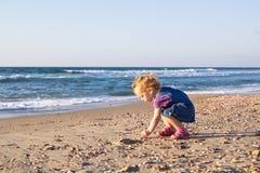 Bébé mignon jouant sur la plage Images libres de droits