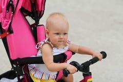 Bébé mignon montant sa première bicyclette photos libres de droits