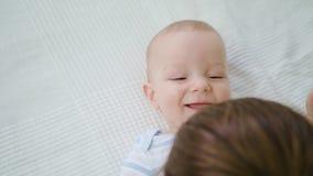 Bébé mignon se situant dans son lit à la maison banque de vidéos