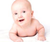 Bébé mignon se trouvant sur la serviette photo libre de droits