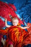 Bébé mignon sur le fond coloré photo stock