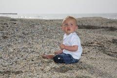 Bébé mignon sur une plage Photo libre de droits