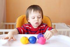 Bébé modelant avec de la pâte à modeler Photo libre de droits