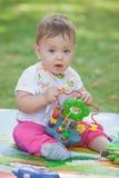 Bébé, moins que jouer an avec le jouet Image libre de droits