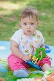 Bébé, moins que jouer an avec le jouet Photos libres de droits