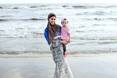 Bébé musulman arabe avec sa mère Photographie stock