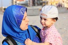 Bébé musulman arabe avec sa mère Images libres de droits