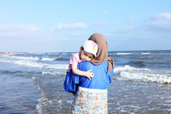Bébé musulman arabe effrayé avec sa mère Photos stock