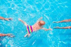 Bébé nageant sous l'eau photos libres de droits