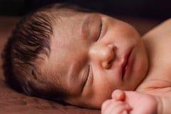 Bébé nouveau-né âgé de deux semaines sans vêtements, nu mignons ou nudité, dormant Photographie stock libre de droits