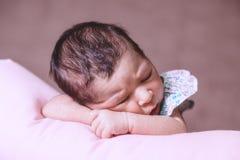 Bébé nouveau-né âgé mignon de deux semaines dormant paisiblement Image libre de droits