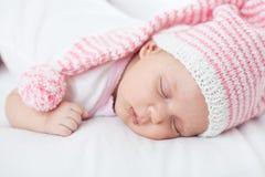 Bébé nouveau-né âge de sept semaines dans le chapeau Images stock
