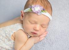 Bébé nouveau-né adorable dans la combinaison photos stock