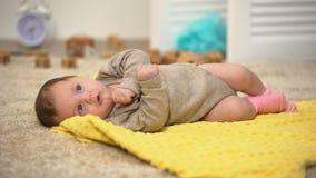 Bébé nouveau-né adorable sur la couverture, développement musculaire, activité de jour banque de vidéos